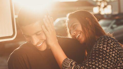 Mann und Frau lachen zusammen