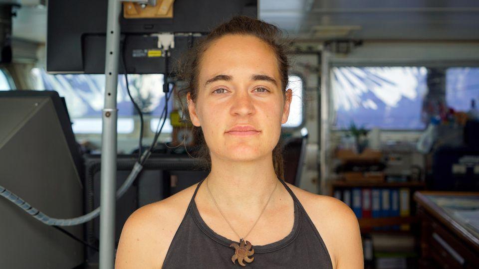 Carola Racketean Bord ihres Rettungsschiffs