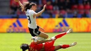 Jammern zählt nicht: Sara Däbritz wird im ersten Gruppenspiel von der Chinesin Peng Han abgeräumt