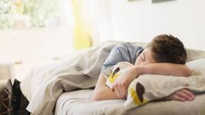 schlafen bei hitze teenager liegt im sommer im bett