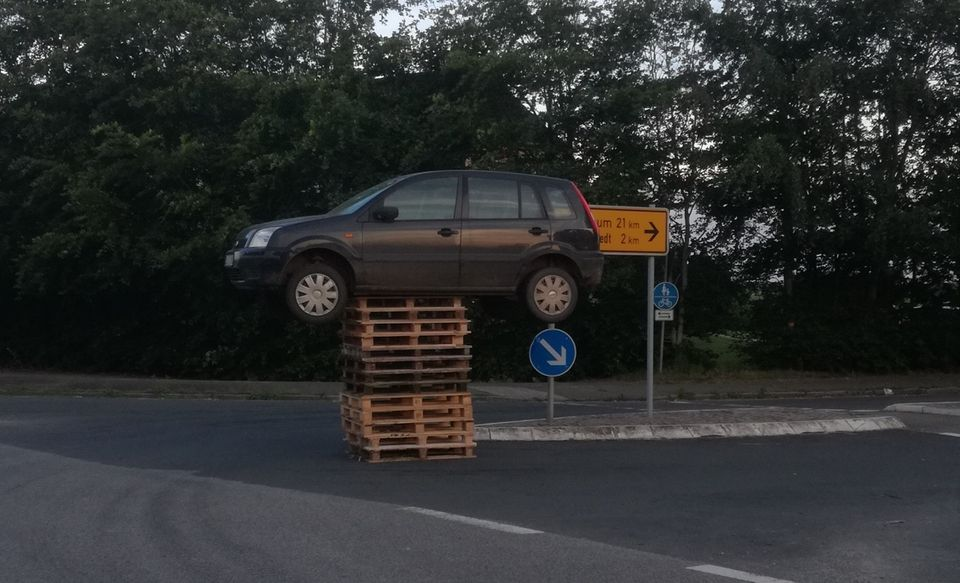 nachrichten aus deutschland pkw auf holzpaletten-turm geparkt