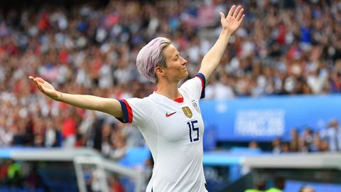 Frau bei Fußball jubelt