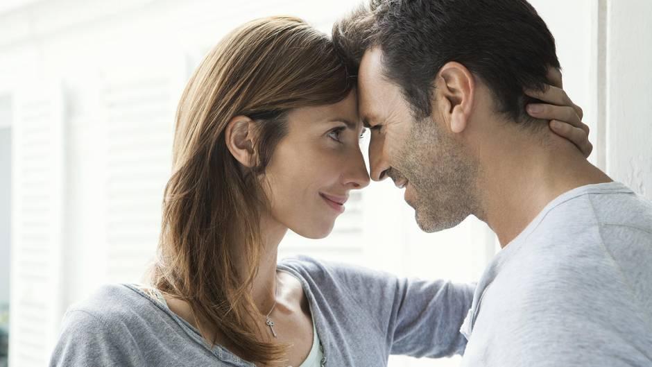 Ein Mann und eine Frau schauen sich intensiv in die Augen.