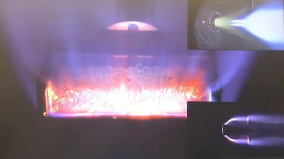 Ein Metallbauteil leuchtet, da es erhitzt wird.