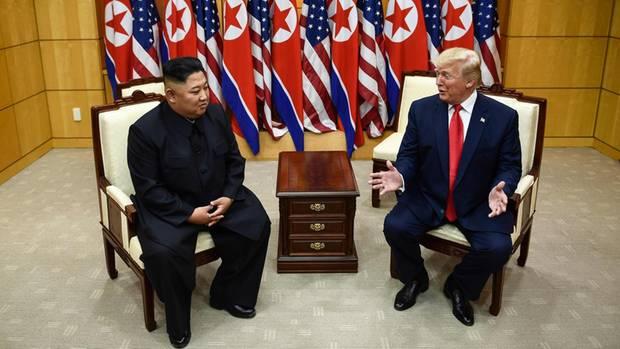 Nordkoreas Machthaber Kim Jong-Un (l.) und US-Präsident Donald Trump in Nordkorea