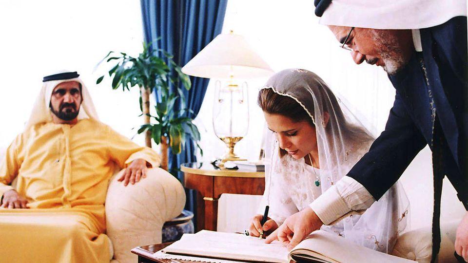 Prinzessin Haya bei der Unterzeichnung ihrer Eheurkunde im April 2004