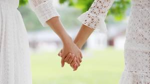Weil seine Schwester eine Frau heiratet, will der Bruder seine Töchter von der Hochzeit ausschließen