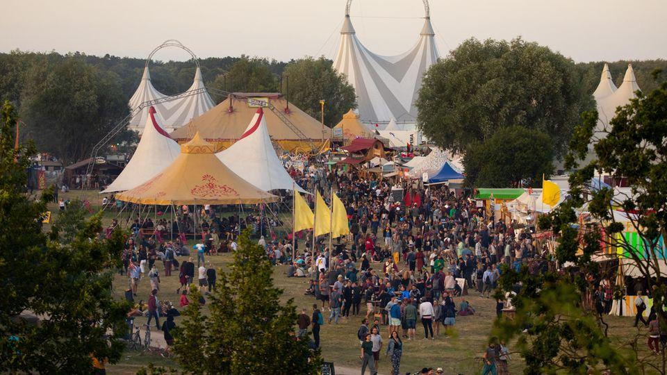 Festivalbesucher sind auf dem Gelände des Fusion-Festival 2019 unterwegs