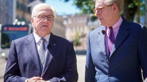 "Bundespräsident Frank-Walter Steinmeier und ""Berlin direkt""-Moderator Theo Koll"