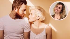 """Hochzeitskolumne zum """"After-Wedding-Blues"""": Ein Mann schaut seine Frau an, sie stehen nebeneinander"""