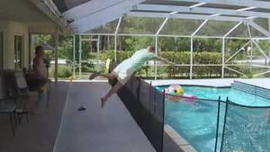 Vater springt in Pool, um sein Baby zu retten