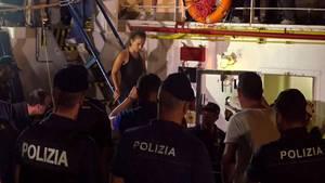 """""""Sea-Watch 3""""-Kapitänin Carola Rackete beim Verlassen des Schiffs"""