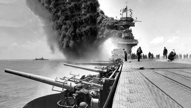Eine Kriegsszene mit Kanonen, Rauch und Soldaten.