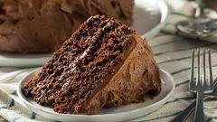 German Chocolate Cake  Dieser Kuchen wurde nicht nach dem Land benannt, also Deutschland, sondern tatsächlich nach dem amerikanischen Chocolatier Samuel German, der die dunkle Backschokolade erfunden hat. Die Schokolade kam 1852 auf den Markt und 1857 erfand eine texanische Hasufrau diesen Kuchen mit Kokosnuss, Pekan und einem Topping aus Maraschino-Kirschen.