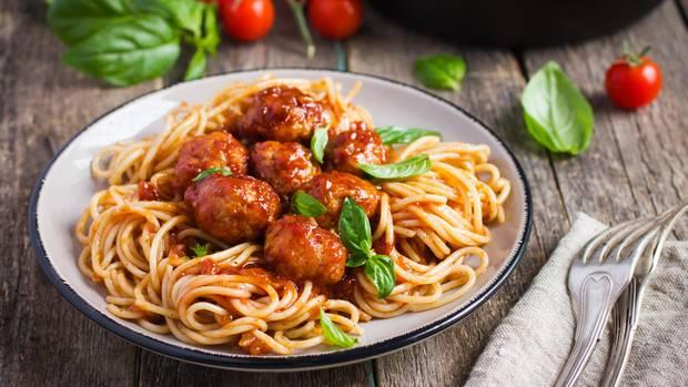 Spaghetti and meatballs  Disneys Susi und Strolch aßen bereits in einem italienischen Restaurant Spaghetti mit Fleischbällchen. Dabei liegt der Ursprung des Gerichts gar nicht in Italien, denn Fleischbällchen gelten dort als Vorspeise. Die Fusion aus Vor- und Hauptspeise zu einem Gericht sollen italienische Immigranten in den USA Anfang des 20. Jahrhunderts erfunden haben. Das älteste Rezept wurde bereits 1920 von der National Pasta Assocation veröffentlicht.