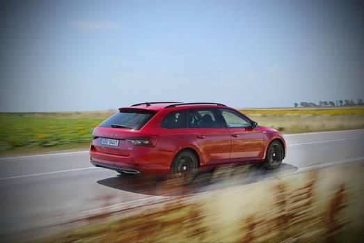 Der Skoda Superb Combi ist mit 4,862 Metern Länge um 0,7 Millimeter kürzer als die Limousine
