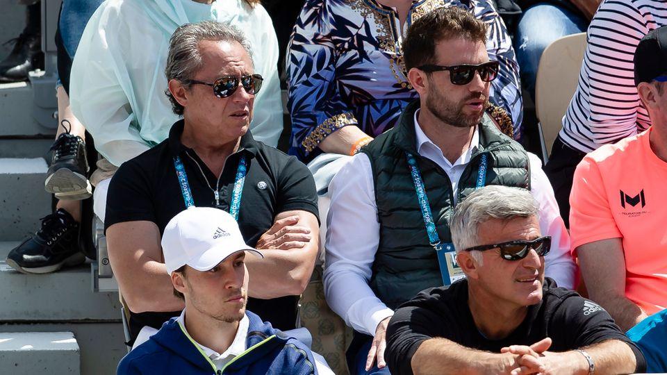 Patricio Apey (obenlinks) sitzt bei den French Open auf der Tribüne