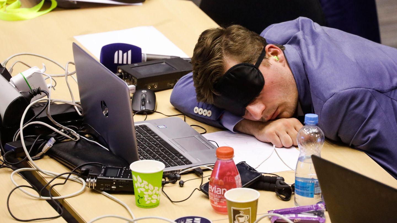 Schlafender Journalist in Brüssel