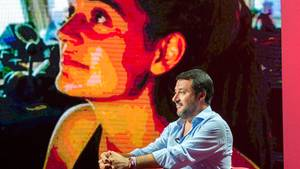 Matteo Salvini vor einem Porträt von Carola Rackete.