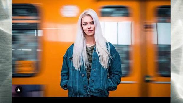 Frau vor S-Bahn
