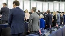 Die Mitglieder derBrexit-Partei wollen der EU-Hmyne im Straßburger Parlamentnur umgedreht lauschen