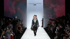 """In den ersten Reihen applaudiertenzahlreiche Prominente wie Katharina und Anna Thalbach, Cassandra Steen, Jenny Elversund Bettina Cramer am Ende von Kretschmers Show. """"Es ist die größte Show, die ich jemals gemacht habe"""", sagte der Designer.Ganze 40 Minuten präsentierten die Models seine neusten Kreationen."""