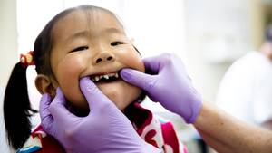 Zucker in der Mongolei: Diese Fünfjährige hat schwere Karies