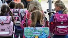 Schulkinder auf dem Weg in den Unterricht