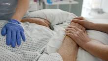 Krankenschwestern betreuen im Krankenhaus einen Patienten