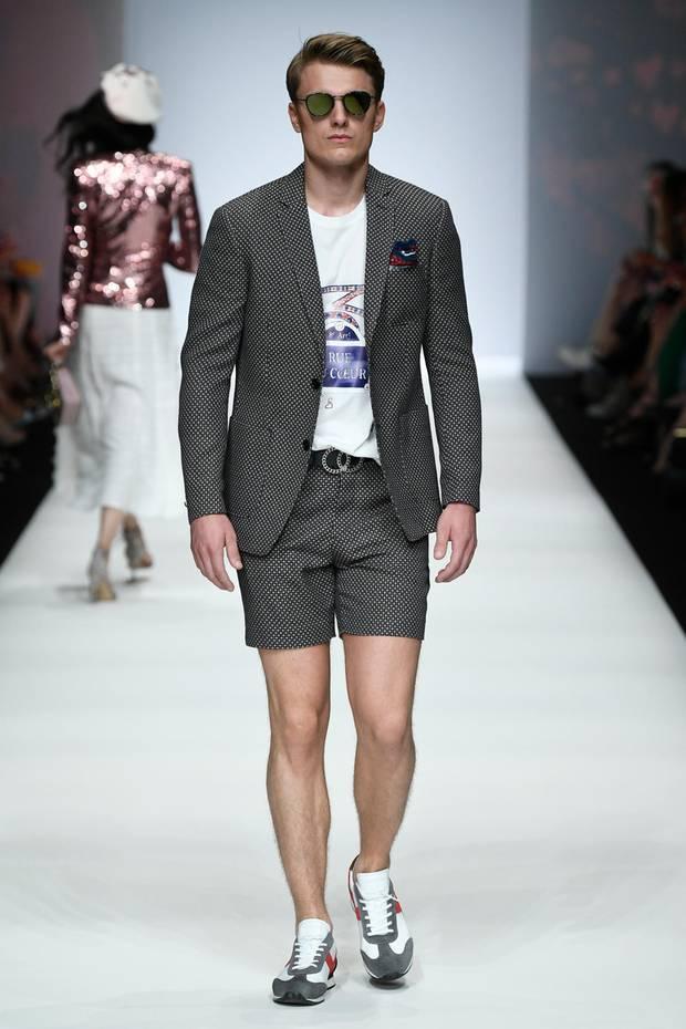 Das Model zeigte eine kurze Anzughose zu Jacket und Shirt.