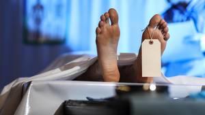 Von einer aufgebahrten Leiche sind nur die Füße zu sehen