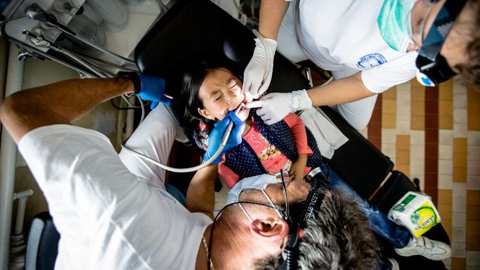 Zucker in der Mongolei: Diese Fünfjährige hat schwere Karies, fast alle ihre Milchzähne sind befallen