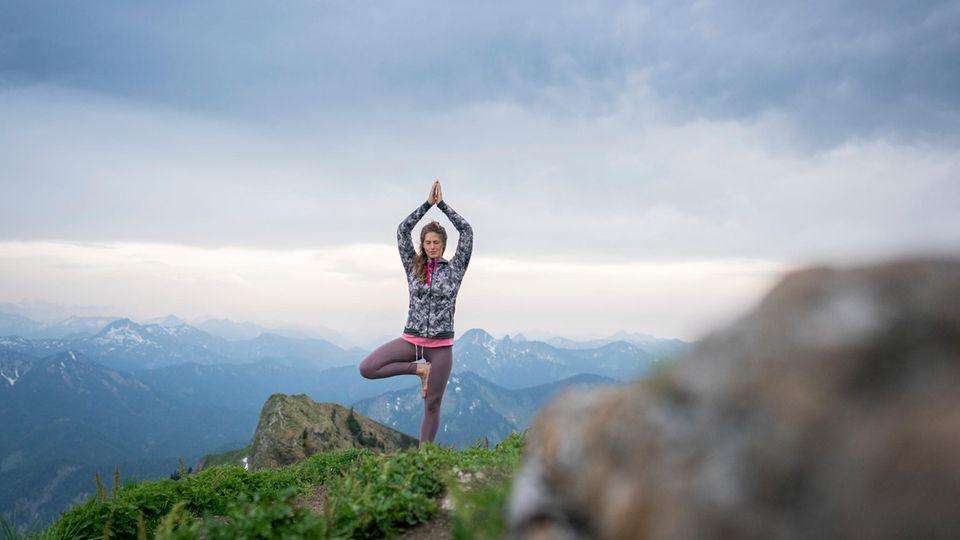 Abstand zur Welt im Tal: morgendliche Yoga-Übungen auf demSchwarzenberg