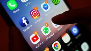 Ein Handy, auf dem mehrere Apps sozialer Netzwerke zu sehen sind, darunter Facebook
