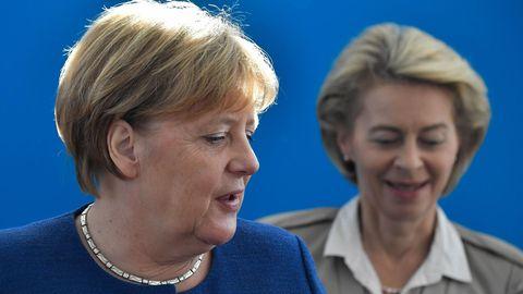 Kanzlerin Angela Merkel (links) und Ursula von der Leyen