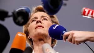 Ursula von der Leyen vor Mikrofonen nimmt Stellung zu Nominierung EU-Kommissionspräsidentschaft
