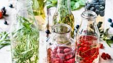 Kräuter oder Früchte in blitzsaubere Flaschen geben, mit Essig auffüllen und ziehen lassen