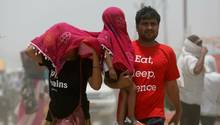 Familie in Prayagraj schützt sich mit einem Tuch vor der Hitze