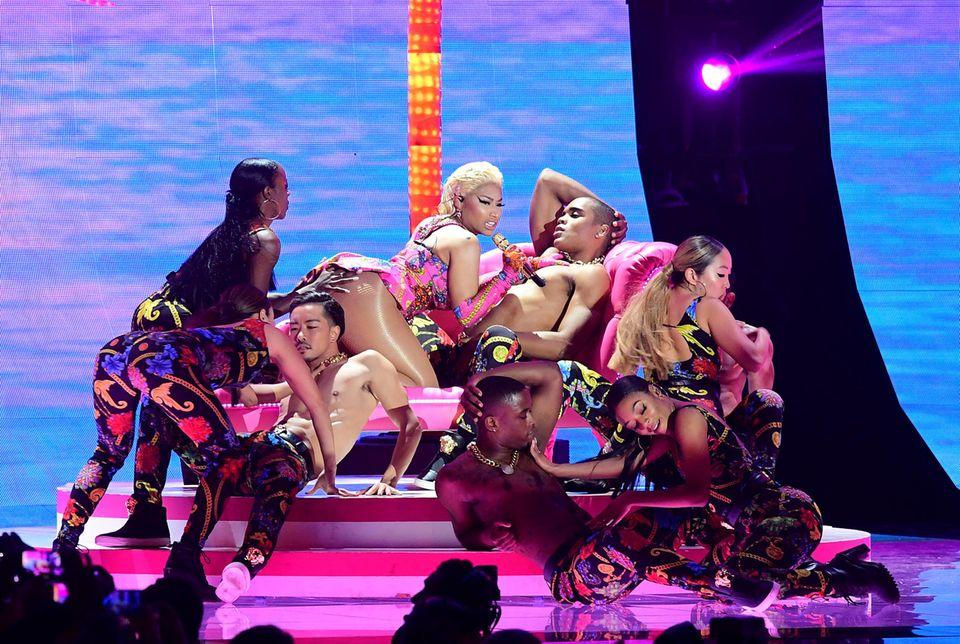 Bei dem Auftritt liegt Minaj auf einem Mann, andere Tänzer sind leicht bekleidet und eine Fra fasst ihr an den Hintern