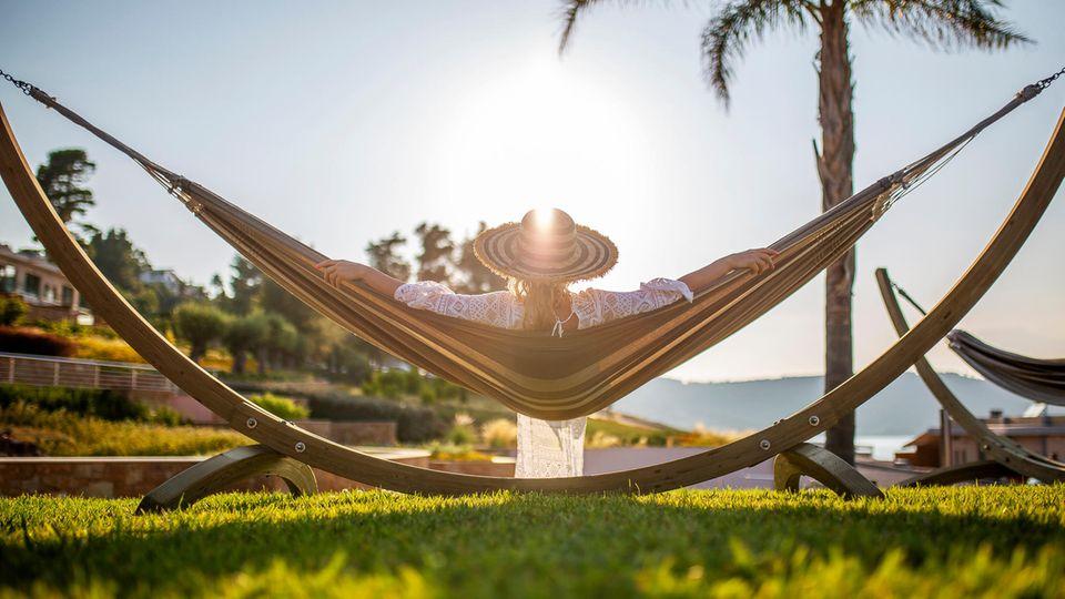 Frau in Hängematte im Urlaub