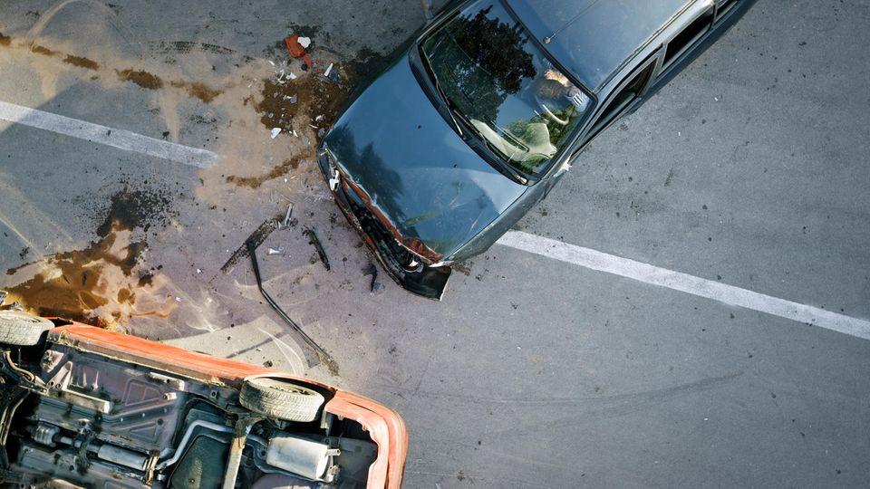 Erhöhte Sicht auf zwei beschädigte Autos nach einem Unfall.