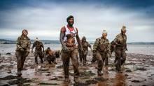 Englands U20-Frauenfußballmannschaft trainierte mit den Royal Marines Commandos in Lympstone.
