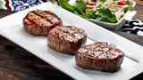 Filet  Filet hat im Vergleich zu anderen Fleischzuschnitten wenig fett. Es erhält daher nicht die gleiche Karamellisierung über dem Grill wie ein Rippenstück, bei dem das Fett aus dem Steak die Außenseite brät, wenn es über der Flamme brutzelt. Filet sollte man demnach besser in der Pfanne braten, so erhält man auch eine gleichmäßige rosa Farbe.