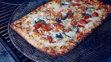 """Pizza  Grills erhitzen sich in der Regel nur ungleichmäßig, weil sie im Freien Hitze verlieren, sobald der Deckel geöffnet wird. Pizza aber braucht gleichmäßige und hohe Temperatur. Deshalb eignet sich das """"Pizzabacken"""" nicht auf dem Grill."""