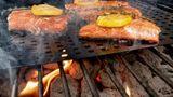 Lachs  Lachs schmeckt so besonders saftig wegen seiner fetten Öle. Packt man das Fischfilet nun auf den Grill verliert es Flüssigkeit und wird trocken und verkocht. Lachs braucht eine niedrige und langsame Hitze.