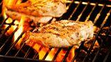 Hühnerbrustfilets  Wer Hühnerbrüste ohne Knochen und Haut auf dem Grill brät, erhält meist ein gummiartiges Ergebnis. Der Grill saugt die gesamte Feuchtigkeit aus dem Fleisch heraus. Deshalb gilt: Hühnerbrustfilets gehören in die Pfanne.