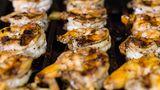 Geschälte Garnelen  Garnelen in der Schale zu grillen, wird zwar ausdrücklich empfohlen, aber nicht, wenn die Krustentiere bereits geschält sind. Die können ziemlich schnell austrocknen - und zwar egal, ob sie mariniert sind oder nicht. Geschälte Shrimps sollte man sanft garen und danach in Butter schwenken.