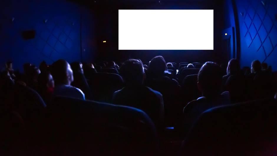 Menschen von hinten in einem Kinosaal