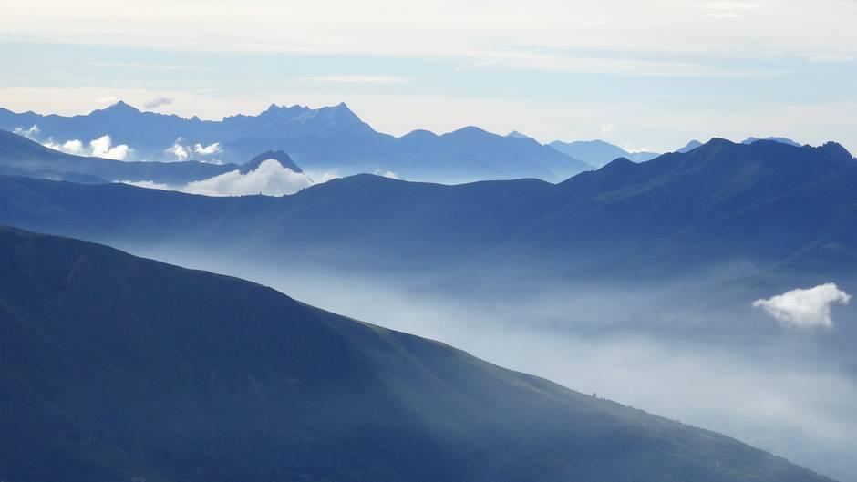 Morgentlicher Nebel steigt aus den Tälern des südlichen Tessins in der Nähe von Lugano
