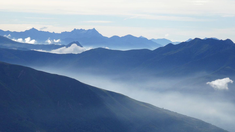 Bild 1 von 7der Fotostrecke zum Klicken:Morgentlicher Nebel steigt aus den Tälern des südlichen Tessins in der Nähe von Lugano
